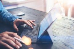 Mens die aan mobiel apparaat werken Close-upmening van mannelijke handen die op elektronische tablet toetsenbord-dok post typen h stock foto's
