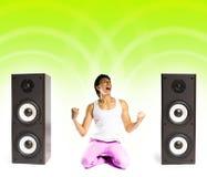 Mens die aan muziek luistert stock afbeeldingen