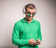 Mens die aan muziek luistert royalty-vrije stock foto's