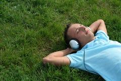 Mens die aan muziek luistert royalty-vrije stock foto