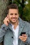Mens die aan muziek op mobiele telefoon luisteren royalty-vrije stock foto