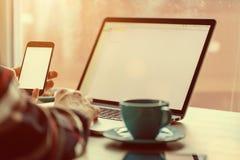 Mens die aan notitieboekje, met een verse kop van koffie werken Royalty-vrije Stock Fotografie