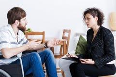 Mens die aan psycholoog spreken stock fotografie