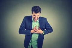 Mens die aan streng scherp hartzeer, borstpijn lijden Hartkwaal royalty-vrije stock afbeelding