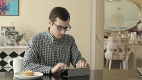 Mens die aan Tabletcomputer werken stock video