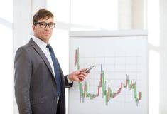 Mens die aan tikraad richten met forex grafiek Stock Afbeelding