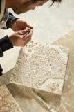 Mens die aan Uiterst kleine Component van 3D Model van de Stadskaart werken Stock Afbeelding