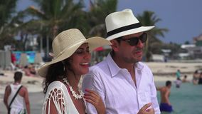 Mens die aan vrouw op vakantie spreken stock videobeelden