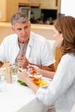 Mens die aan vrouw tijdens diner spreekt royalty-vrije stock afbeeldingen