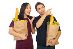 Mens die aan zijn verbaasde vrouw op het winkelen richt Royalty-vrije Stock Fotografie