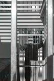 Mens die achter de tralies van een gevangenisdeur wordt veroordeeld, schreeuwend in vrees en woede stock afbeelding