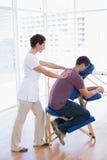 Mens die achtermassage hebben Stock Foto's