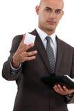Mens die adreskaartje aanbieden Stock Foto