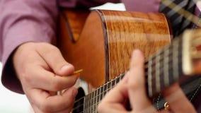 Mens die akoestische gitaar de Oekraïne spelen stock videobeelden
