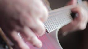 Mens die akoestische gitaar speelt stock footage