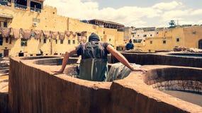 Mens die als looier in de kleurstofpotten bij leerlooierijen bij medina, Fez, Marokko werken Royalty-vrije Stock Foto's