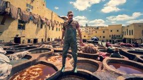 Mens die als looier in de kleurstofpotten bij leerlooierijen bij medina, Fez, Marokko werken Royalty-vrije Stock Afbeeldingen