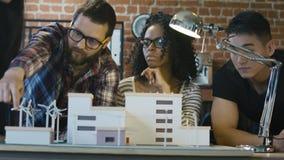 Mens die alternatieve energiemiddelen voorstellen stock footage