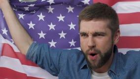 Mens die Amerikaanse vlag golven, vierend overwinning van presidentiële kandidaat, langzaam-mo stock video