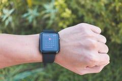 Mens die Apple-horlogereeks 3 dragen GPS met Kalender App Stock Foto