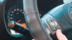Mens die auto audio stereosysteem met behulp van stock footage