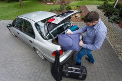 Mens die auto voor een reis voorbereidt Stock Afbeelding