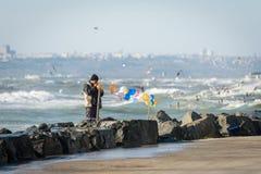 Mens die ballons vastmaken dichtbij het Overzees van Marmara in Istanboel, Turk Stock Fotografie