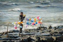 Mens die ballons vastmaken dichtbij het Overzees van Marmara in Istanboel, Turk Royalty-vrije Stock Foto's