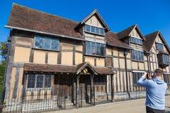 Mens die beeld van het huis van Shakespheare ` s in stratford-op-Avo nemen Royalty-vrije Stock Foto's