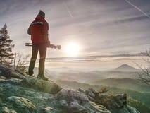 Mens die beeld van landschap nemen wanneer zonsopgang bij bergpiek royalty-vrije stock fotografie