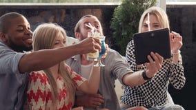 Mens die beeld van zich met vrienden nemen stock footage