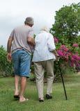 Mens die bejaarde dame helpt Royalty-vrije Stock Fotografie