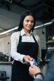 Mens die betaalpas geven aan vrouwelijke kelner Royalty-vrije Stock Afbeelding