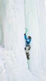 Mens die bevroren waterval beklimmen Stock Afbeeldingen