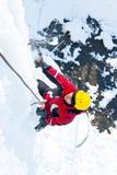 Mens die bevroren waterval beklimmen Stock Foto