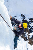 Mens die bevroren waterval beklimmen Royalty-vrije Stock Foto's