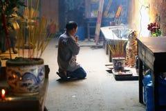 Mens die bij Boeddhistische tempel in Ho Chi Minh City bidden Royalty-vrije Stock Foto's