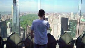 Mens die bij dakbovenkant in Manhattan in New York blijven stock videobeelden