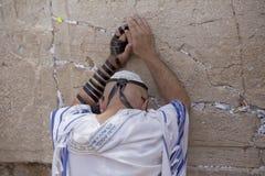 Mens die bij de Loeiende Muur, Jeruzalem bidt Stock Foto