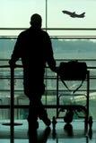 Mens die bij de luchthaven wacht Stock Foto