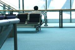 Mens die bij de luchthaven wacht Stock Afbeelding