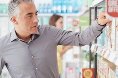 Mens die bij de Supermarkt winkelen royalty-vrije stock fotografie