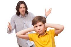 Mens die bij een kleine jongen schreeuwen die niet luistert Royalty-vrije Stock Foto