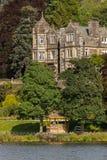 Mens die bij een tuinkiosk staren in Ambleside, Meerdistrict, Cumbri Royalty-vrije Stock Foto's