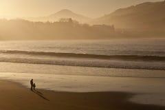 Mens die bij het strand denkt Stock Foto's