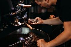 Mens die bij koffieproductie werken royalty-vrije stock fotografie