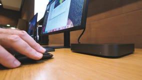 Mens die bij Mac Mini-computer werken - zijaanzicht stock footage