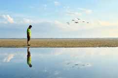Mens die bij strand lopen Royalty-vrije Stock Afbeelding
