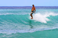Mens die bij Waikiki Strand, Honolulu Hawaï surft Royalty-vrije Stock Foto