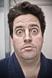 Mens die bij zijn eigen gezicht wordt verrast Stock Fotografie